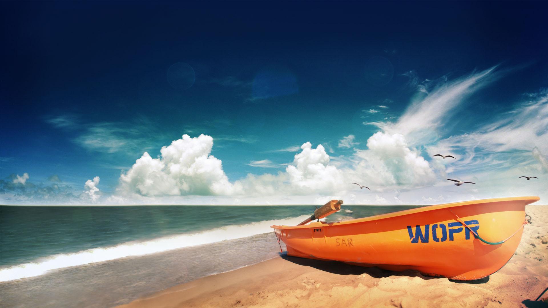 Plaża w nadmorskim Sarbinowie. Na pierwszym planie łódź WOPR.
